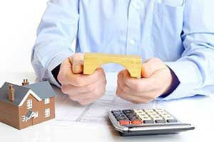 Mortgage Broker Explaining Bridge Loans