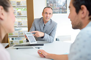 mortgage broker explaining first time home buyer assistance
