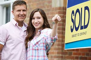 Couple holding keys to new home thanks to a Vienna, VA first time home buyer loan