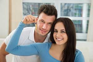 Couple with keys to new home after obtaining an Alexandria, VA first time home buyers loan