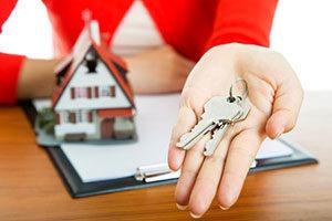 Top Northern Virginia realtor handing keys to homeowner after loan from Northern Virginia mortgage broker